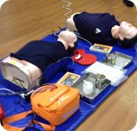 胸骨圧迫と人工呼吸、AED用ダミー人形の写真